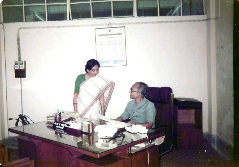 33-with-dr-a-m-sharafuddin-my-former-boss-at-shikkha-bhaban-dhaka-1990
